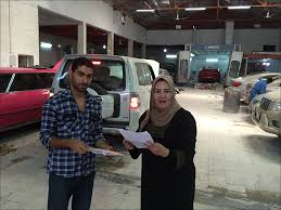 أم علي.. أول كويتية تعمل في إصلاح السيارات