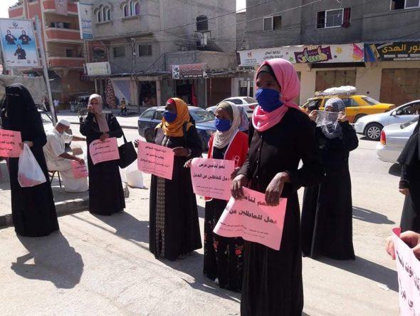 بدعوة من «الوحدة العمالية» و«العمل النسائي» معتصمون أمام مقرات «الأونروا» بخانيونس يرفضون الآلية الجديدة لتوزيع المساعدات الغذائية