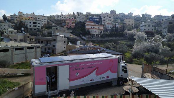 """""""العيادة الوردية"""".. قصة نجاح في مواجهة سرطان الثدي بفلسطين"""